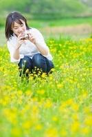 花畑で写真を撮る日本人女性