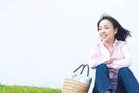 草原に座る日本人女性