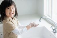 石鹸で手を洗う日本人の女の子