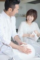 皿を洗う日本人夫婦