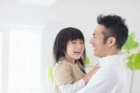 父親に抱かれる女の子
