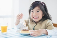 プリンを食べる日本人の女の子