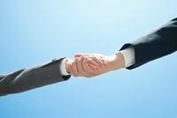 握手をする手 10272002384  写真素材・ストックフォト・画像・イラスト素材 アマナイメージズ