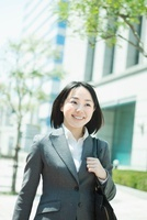 ビル街を歩く日本人のビジネスウーマン
