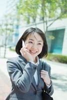 スマートフォンで話すビジネスウーマン 10272002394  写真素材・ストックフォト・画像・イラスト素材 アマナイメージズ
