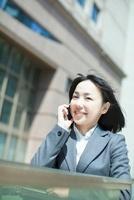 スマートフォンで話すビジネスウーマン 10272002405  写真素材・ストックフォト・画像・イラスト素材 アマナイメージズ