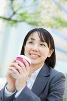 コーヒーカップを持つビジネスウーマン 10272002410  写真素材・ストックフォト・画像・イラスト素材 アマナイメージズ