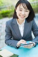 タブレットPCを持つビジネスウーマン 10272002412  写真素材・ストックフォト・画像・イラスト素材 アマナイメージズ