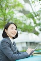 タブレットPCを持つビジネスウーマン 10272002413  写真素材・ストックフォト・画像・イラスト素材 アマナイメージズ