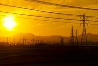 電線と夕暮れの風景