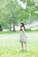 花畑を歩く日本人女性