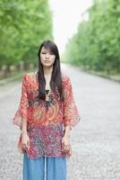 並木道に立つ日本人女性