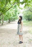 新緑の並木に立つ日本人女性 10272002538  写真素材・ストックフォト・画像・イラスト素材 アマナイメージズ