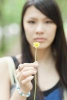 一輪の花を持つ日本人女性