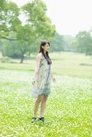 花畑に立つ日本人女性