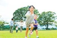 芝生を走る日本人の家族 10272002585| 写真素材・ストックフォト・画像・イラスト素材|アマナイメージズ