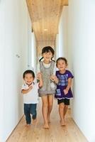 廊下を手を繋いで歩く3人の子供 10272002595  写真素材・ストックフォト・画像・イラスト素材 アマナイメージズ