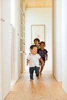 廊下を走る3人の子供 10272002596  写真素材・ストックフォト・画像・イラスト素材 アマナイメージズ