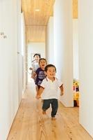 廊下を走る3人の子供 10272002599  写真素材・ストックフォト・画像・イラスト素材 アマナイメージズ