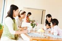 ティータイムを楽しむ母親達と子供