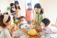 ティータイムを楽しむ母親達と子供達