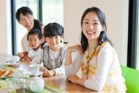 ティータイムを楽しむ母親と子供