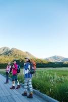 湿原を歩く3人の日本人女性