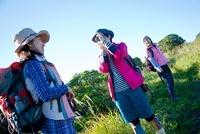 山道で写真を撮る日本人女性
