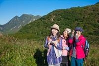 トレッキングを楽しむ3人の女性