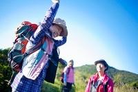 山道ではしゃぐ日本人女性