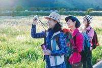 遠くを眺め写真を撮る日本人女性 10272002754| 写真素材・ストックフォト・画像・イラスト素材|アマナイメージズ