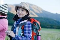 リュックを背負った日本人女性 10272002763| 写真素材・ストックフォト・画像・イラスト素材|アマナイメージズ
