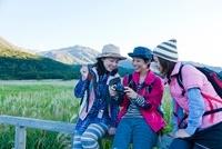 カメラを覗く3人の日本人女性