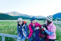 柵に座り休憩をする3人の日本人女性