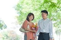 新緑の下で笑う日本人カップル 10272002814| 写真素材・ストックフォト・画像・イラスト素材|アマナイメージズ