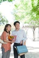 新緑の並木道にたたずむ日本人カップル 10272002817| 写真素材・ストックフォト・画像・イラスト素材|アマナイメージズ