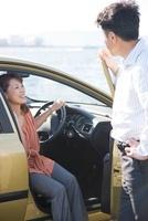 車に乗る日本人カップル 10272002861| 写真素材・ストックフォト・画像・イラスト素材|アマナイメージズ