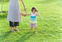 母と手を繋ぐ日本人の女の子