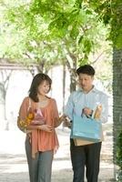新緑の並木道を歩く日本人カップル 10272002952| 写真素材・ストックフォト・画像・イラスト素材|アマナイメージズ