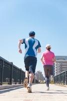 ジョギングをする日本人カップルの後ろ姿