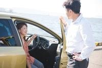 車に乗る日本人カップル