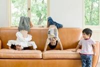 ソファで遊ぶ3人の日本人の子供 10272002979  写真素材・ストックフォト・画像・イラスト素材 アマナイメージズ
