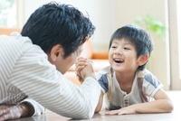 腕相撲をする日本人の父と息子