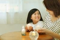 キャンドルを手に持った日本人の母と娘