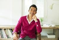 笑顔で椅子に座る日本人の男性