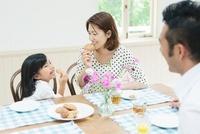 ティータイムの日本人家族