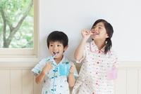歯磨きをする日本人の男の子と女の子