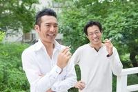 タバコを吸う2人の日本人の男性