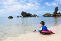 海で遊ぶ日本人の男の子