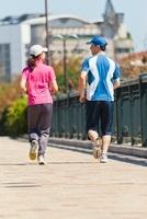ジョギングをする日本人カップル